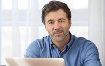 Ein Mann spart mit einem SPARWELT-Gutschein und den auxmoney-Angeboten