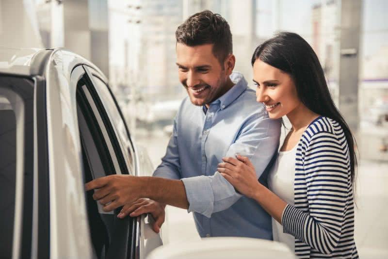 Paar begutachtet neues Leasing-Auto