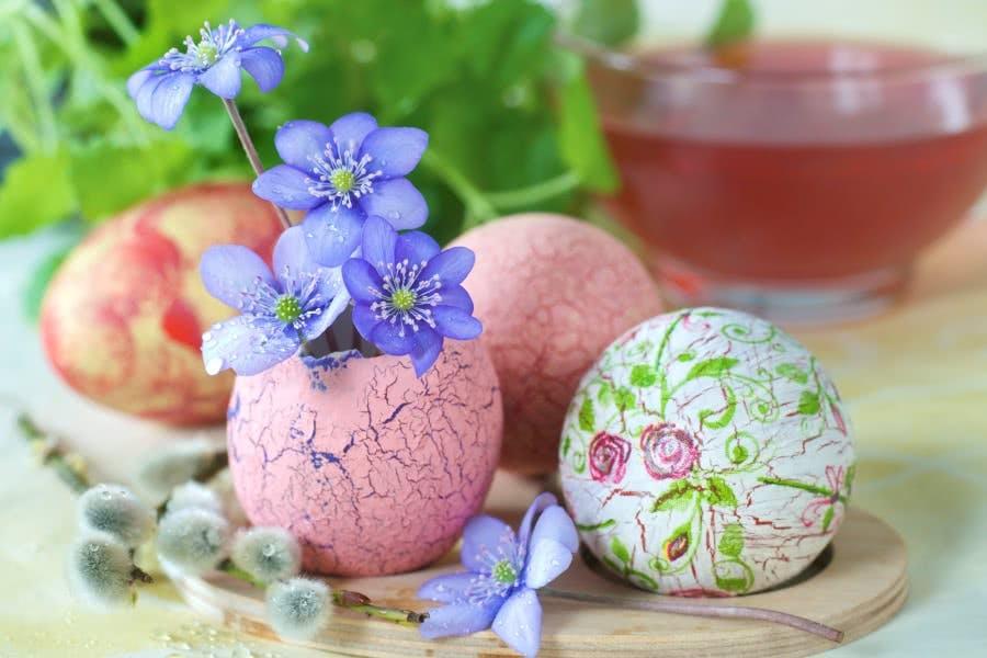Mini-Vasen aus Eierschalen basteln