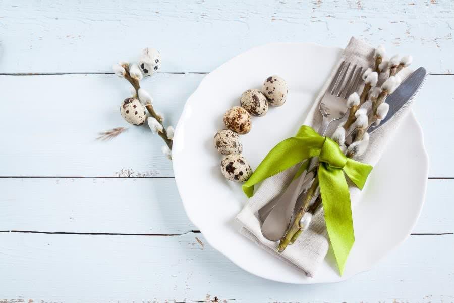 Tafeldeko aus Ostereiern und Weidenkätzchen