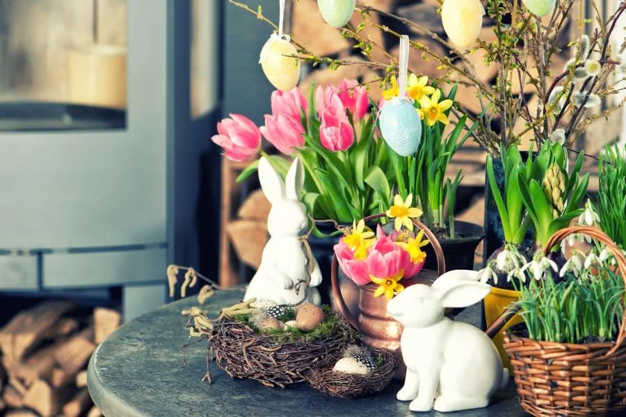 Schöne Osterdeko: Osternester, Blumen und Osterhasen