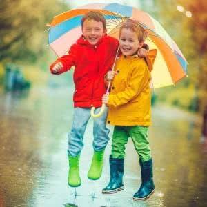 Spaß bei jedem Wetter: mit Regenkleidung und Regenschirm