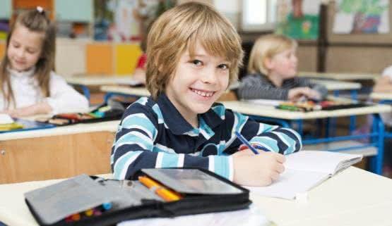 Federmäppchen & Co. gehören auch zu beliebten Geschenken zum Schulanfang