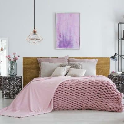 Möbel und Wohndeko in Rosa und Kupfer