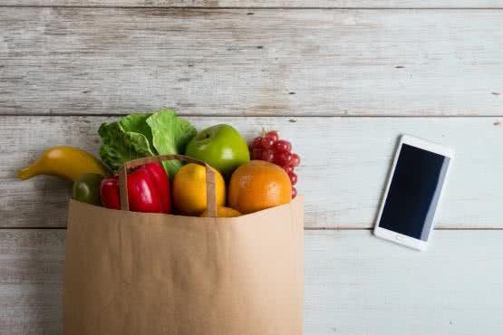Gesunde Lebensmittel mit Handy