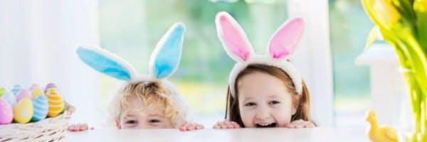 Kinder mit Osterhasenohren
