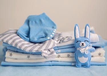 Bekleidung für deine Kids wird mit einem babywelt.de-Gutschein besonders günstig.
