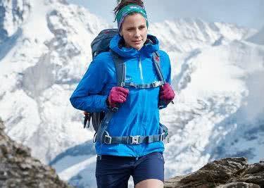 Eine Frau wandert in einem eisigen Gebirge.