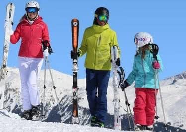 Mit der Familie in den Winterurlaub und beim Skiverleih sparen dank Rabattaktion