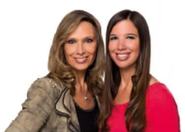 Die beiden Bastel-Expertinnen bieten zahlreiche Deko-Artikel zum Kauf - mit Sparangeboten