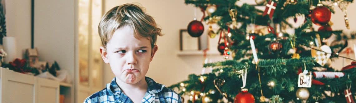 Traurige Kinder nach missglückten Weihnachtsgeschenken