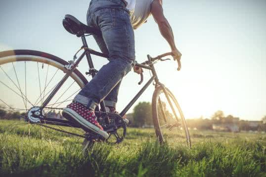 Junger Mann Fahrrad